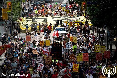 Huge banner and hundreds of protestors block road. Copyright Oren Ziv/Activestills 2010